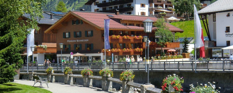 Aussenansicht vom Hotel Garni Schneider mit tollen Unterkünften für Ihren Urlaub.