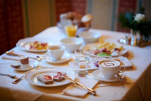 Ein wundervolles Frühstück mit Kaffee in Ihrer Hotel Garni Schneider Unterkunft.
